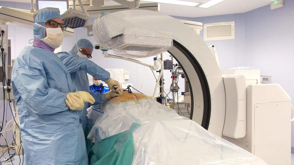 Première vertébroplastie avec un système intégrant, en une seule machine, imagerie 3D et navigation chirurgicale en temps réel